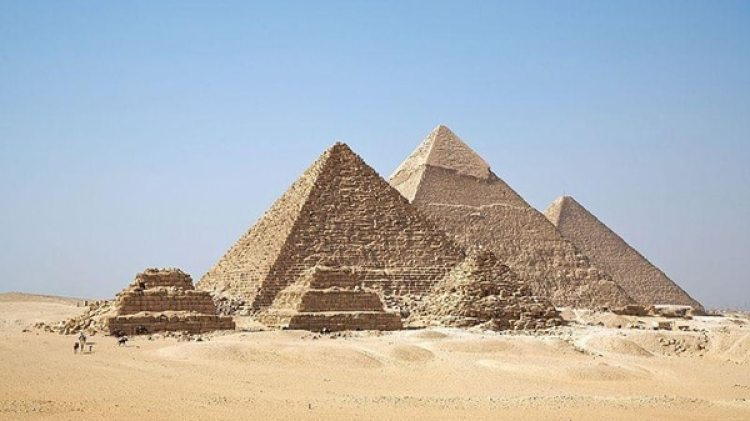 La Gran Pirámide construida en honor a Khufu, segundo faraón de la IV Dinastía que reinó de 2550 ac a 2527ac y a quien Herodoto llamó Keops-, junto a las vecinas pirámides de Kefrén y Micerino, son los monumentos funerarios más destacados del Reino Antiguo