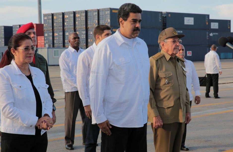 Nicolás Maduro junto a Raúl Castro, durante una ceremonia por la llegada al puerto cubano de Mariel de ayuda humanitaria venezolana tras el huracán Irma, el 22 de septiembre de 2017. (Reuters)