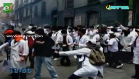 Estudiantes de la UMSA lanzaron piedras a efectivos policiales