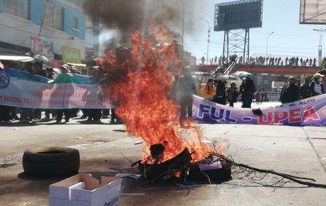 Universitarios de la UPEA bloquean la avenida 6 de Marzo, en puertas de la COR de El Alto, por la muerte de Jonathan.