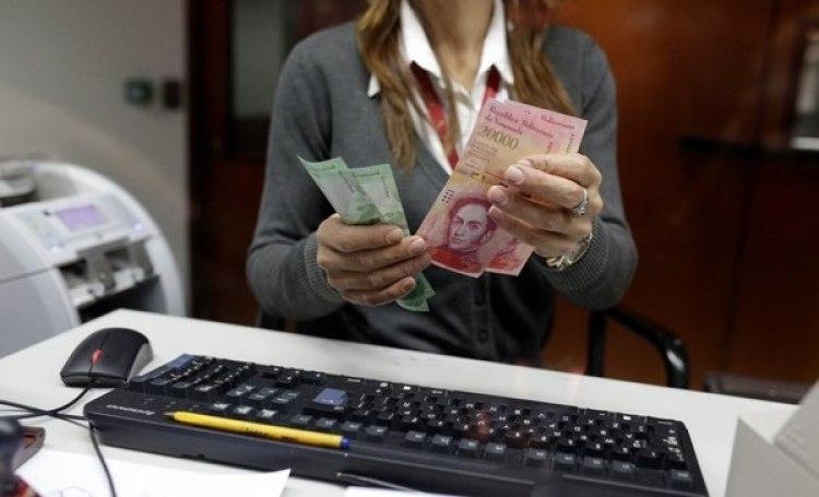 Maduro ya había introducido billetes de alta denominación, pero la inflación obligó a más cambios (Reuters)