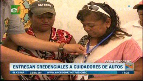 Expocruz 2018: Diprove entrega credenciales a cuidadores de vehículos