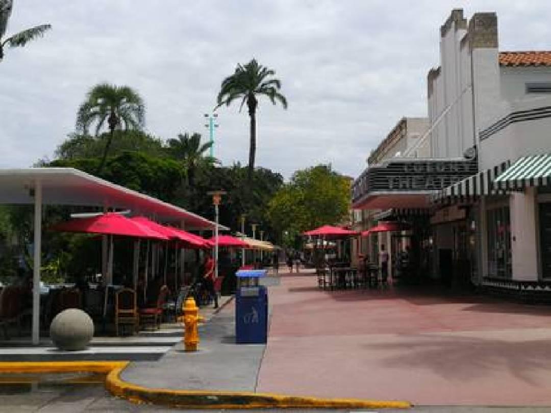 La famosa calle Lincoln, en el centro de Miami Beach, vacía durante la cuarentena