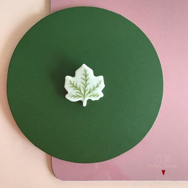 Broche feuille en porcelaine émaillée CDA Petites Choses