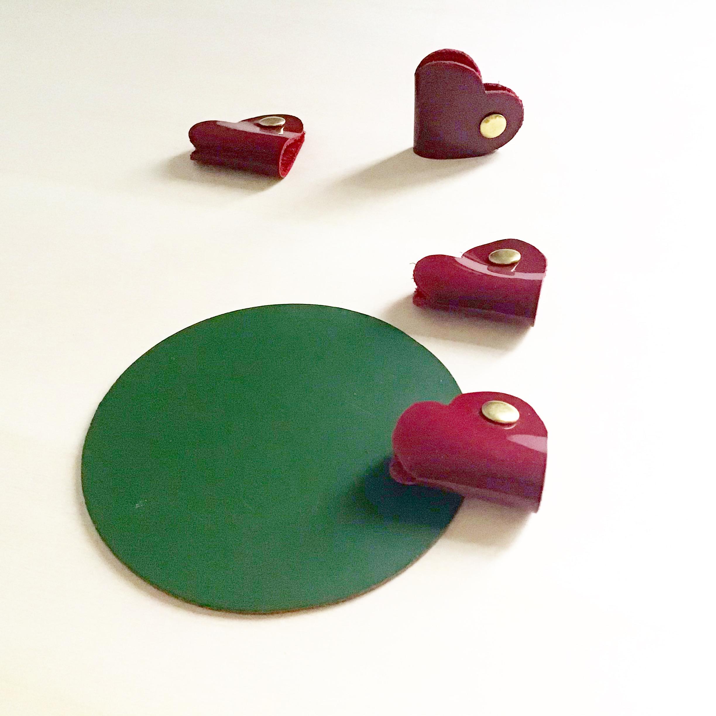 attache cables en cuir rouge forme Coeur CDA Petites Choses