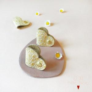 Attache cable coeur en cuir embossé croco jaune paille CDA petites Choses