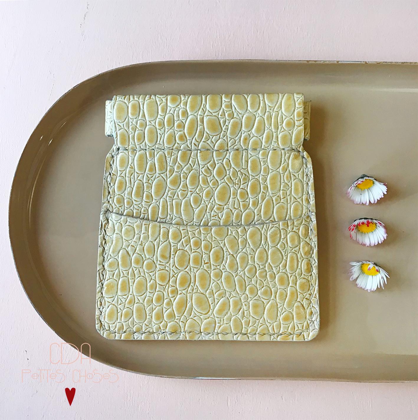 Porte monnaie clic clac en cuir embosse croco jaune paille CDA Petites Choses