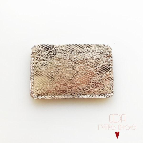 Porte carte en cuir argenté embossé façon dentelle CDA Petites Choses