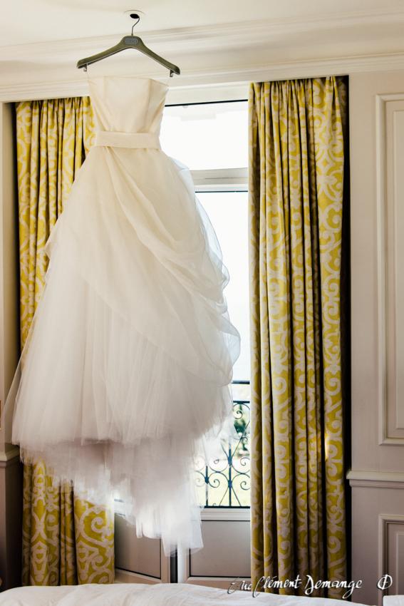 Photographie de mariage - La robe suspendue dans la chambre des mariés