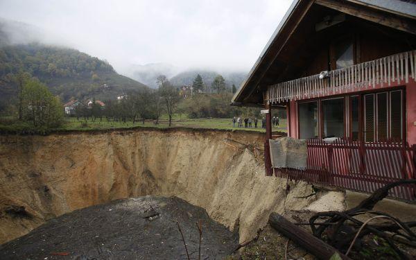 'El agujero seco', así es como denominan los bosnios al espacio donde hace algunas semanas había un lago. Para los científico este es un fenómeno muy raro de la naturaleza. (Foto: AP)