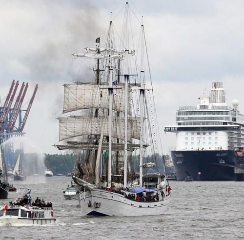 Slideshow: Opening parade of the Hamburg port anniversary
