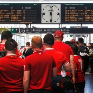 epa07617390 Liverpool soccer fans arrive to the train station in Alicante, Spain, to travel to Madrid to attend the Champions League Final match between Liverpool and Tottenham, 01 June 2019. Tottenham Hotspur and Liverpool FC will play the 2019 UEFA Champions League final at the Wanda Metropolitano stadium in Madrid in the evening. EPA-EFE/Manuel Lorenzo
