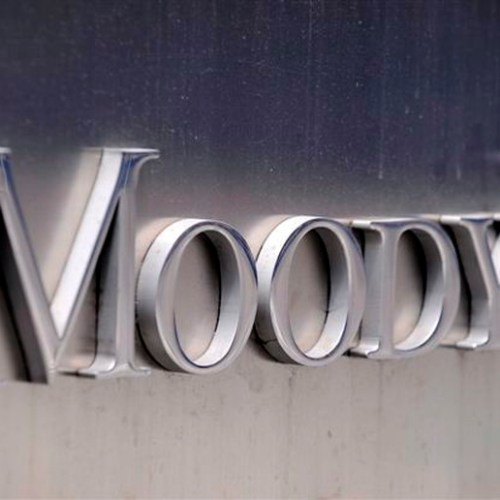 Moody's downgrades UK's credit outlook
