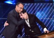 epa05154036 A picture made available on 11 February 2016 shows Italian show host Carlo Conti (L) hugging Italian musician Ezio Bosso on stage during the 66th Festival of the Italian Song of San Remo, in Sanremo, Italy, 10 February 2016. The 66th edition of the television song contest runs from 09 to 13 February. EPA/ETTORE FERRARI