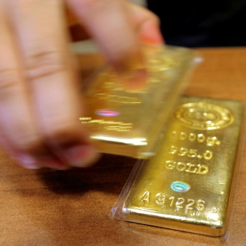 Gold buoyed by virus woes, but heads for worst week in seven