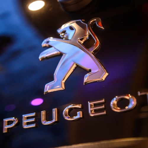 Top Peugeot shareholders approve merger with Fiat