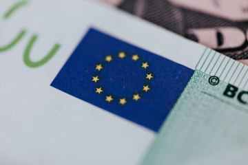 Euro zone current account surplus narrows in February