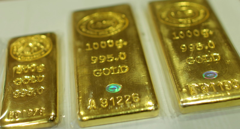 Gold eases as investors await clues on U.S. cenbank move