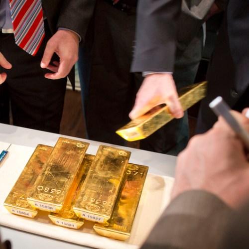 UPDATED: Gold hits 7-week high on weak dollar, lower yields