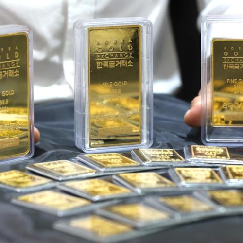 Gold unchanged after early spike as firm bond yields offset weak dollar