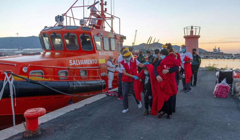 Photo Story: 15 migrants on a boat rescued in Granada