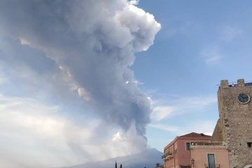 In Pictures – Mount Etna erupts again