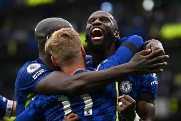 Chelsea crush Tottenham to go joint top