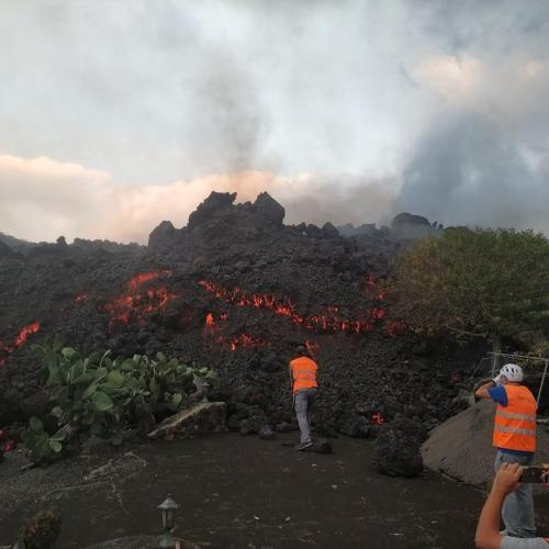 Firefighters retreat as La Palma volcanic explosions intensify