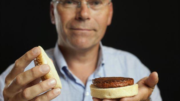 El profesor Mark Post muestra su revolucionaria hamburguesa. (Reuters)