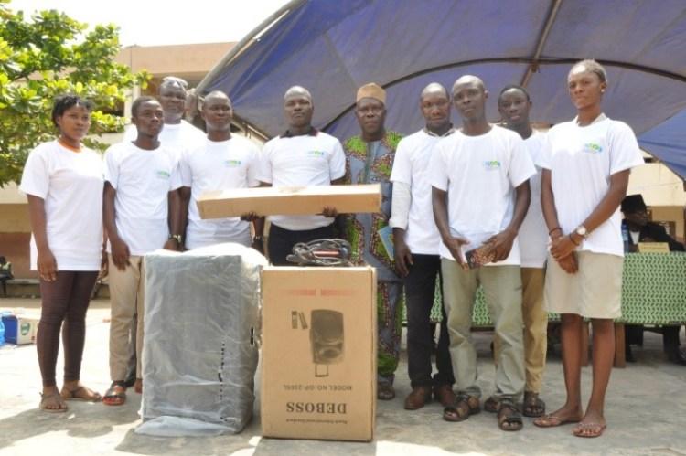 Les représentants du club du CEG Le Nokoué recevant leurs équipements