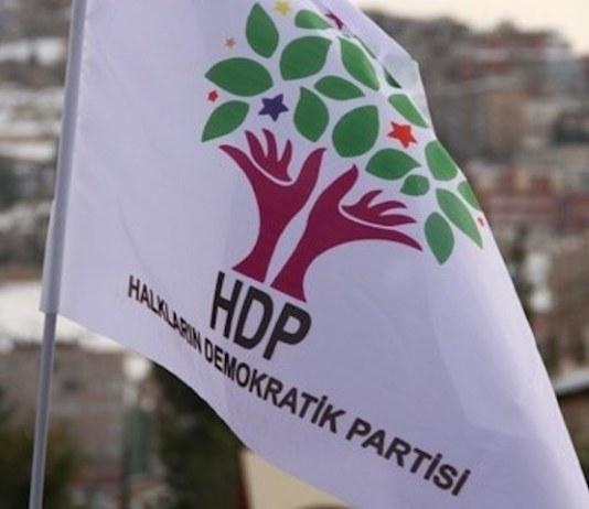 Craignant sa propre chute, la coalition islamo-fasciste au pouvoir en Turquie tente de faire interdire le Parti démocratique des Peuples (HDP) qui représente une troisième voie et un espoir pour les peuples. Le HDP est ainsi sous le coup d'une procédure de dissolution basée sur des accusations factices. L'alliance formée par l'AKP (Parti de la Justice et du Développement) et le MHP (Parti d'Action nationaliste) a transformé la Turquie en une prison ouverte. Tous les opposants, toutes celles et ceux qui osent exprimer des opinions différentes de celles admises par le régime turc sont réduits au silence par la répression, la violence et les massacres. Pour ce faire, l'Etat turc utilise les méthodes les plus dictatoriales et les plus abjectes, foulant aux pieds le droit et la morale.