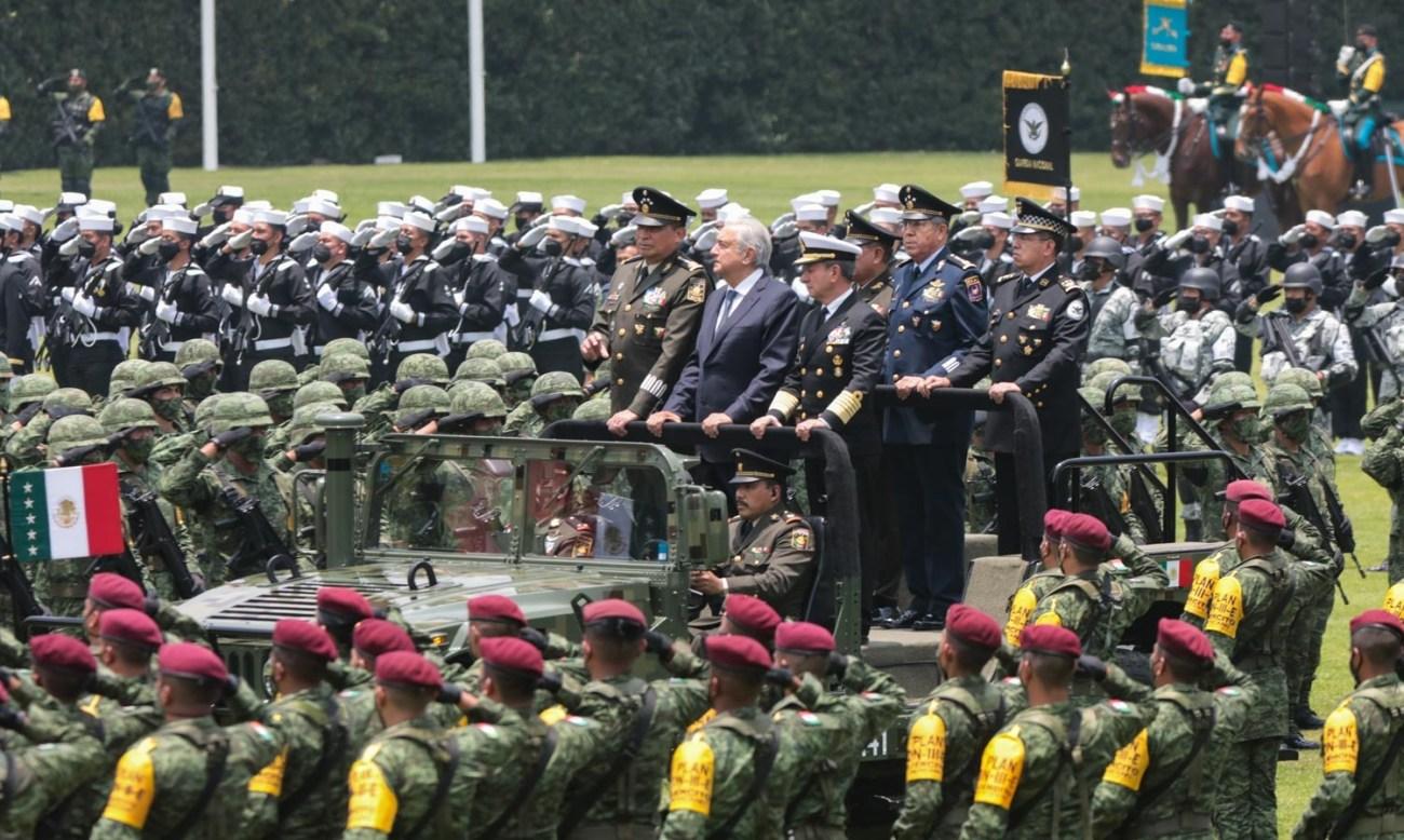 Lopez Obrador toma protesta al primer comandante del Ejercito Mexicano anuncia iniciativa para que comandancia de GN pase a Sedena