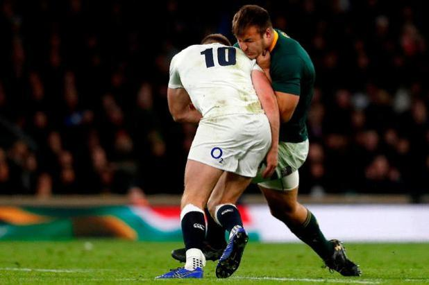 England's side Owen Farrell (L) is seeking a dubious solution to South Africa, Andre Esterhuizen at the end of the game, which officials see in an international rugby federation test in England and South Africa at Twickenham