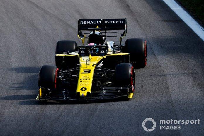 Ricciardo intenta pasar a Magnussen en la curva 4, pero se tocaron