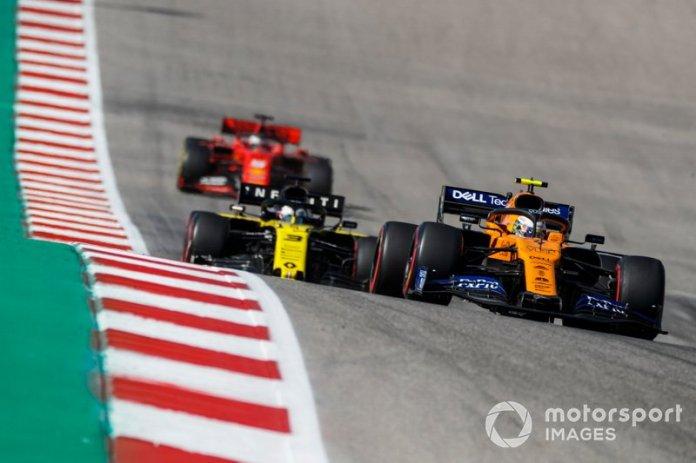 Lando Norris, McLaren MCL34, precede Daniel Ricciardo, Renault F1 Team R.S.19, e Sebastian Vettel, Ferrari SF90
