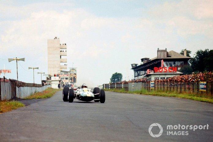 En la carrera de 1965 celebrada en Nürburgring , el británico Jim Clark a bordo de su Lotus-Climax, obtuvo su segundo título mundial de F1. Clark también hizo un Hat Trick en ese GP.
