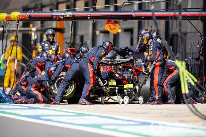 Alex Albon, Red Bull Racing RB16, en pits