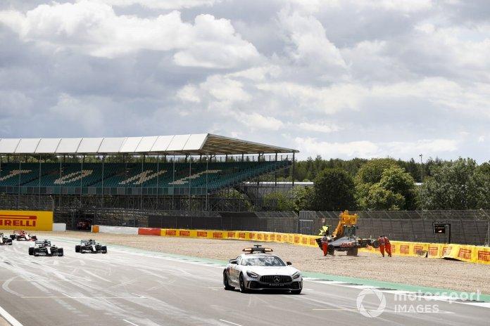 Safety Car y el pelotón pasan el lugar del accidente de Kevin Magnussen, Haas VF-20