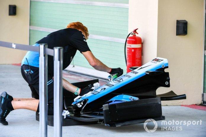 Un mecánico de Williams limpia el morro
