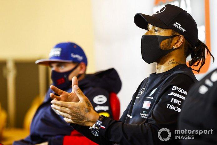 Lewis Hamilton, Mercedes-AMG F1, 1ª posición, y Max Verstappen, Red Bull Racing, 2ª posición, en la Conferencia de Prensa