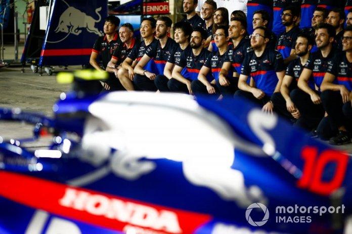 El equipo de Toro Rosso posa para una foto de grupo