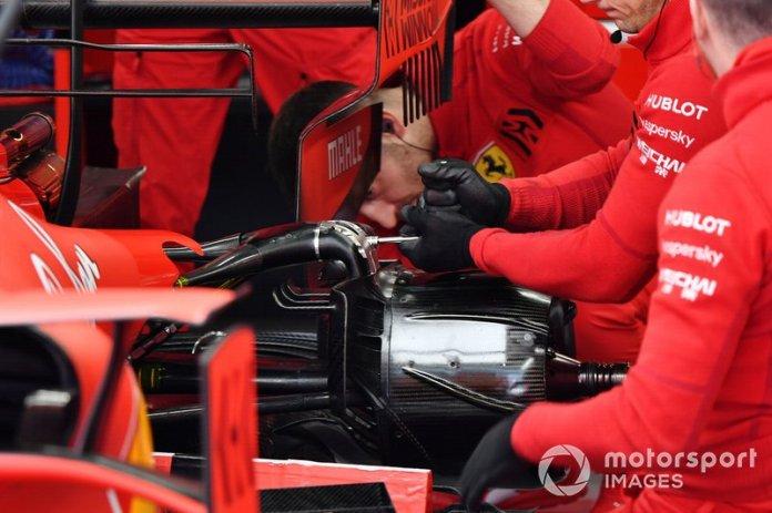 Los mecánicos de Ferrari trabajan en el Ferrari SF1000 de Charles Leclerc