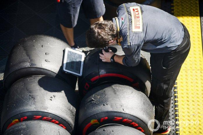 Los técnicos de Pirelli registran algunos datos de los neumáticos