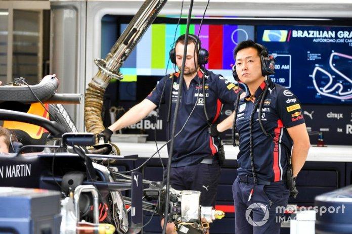 Red Bull ingeniero en el garaje