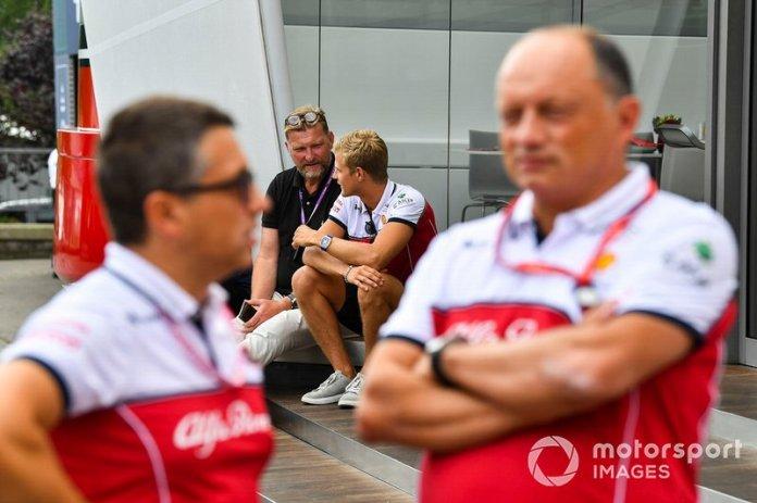 Marcus Ericsson, reserve driver Alfa Romeo Racing, behind Frédéric Vasseur, Team Principal, Alfa Romeo Racing