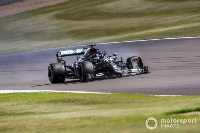 Lewis Hamilton, Mercedes F1 W11 con un neumático pinchado