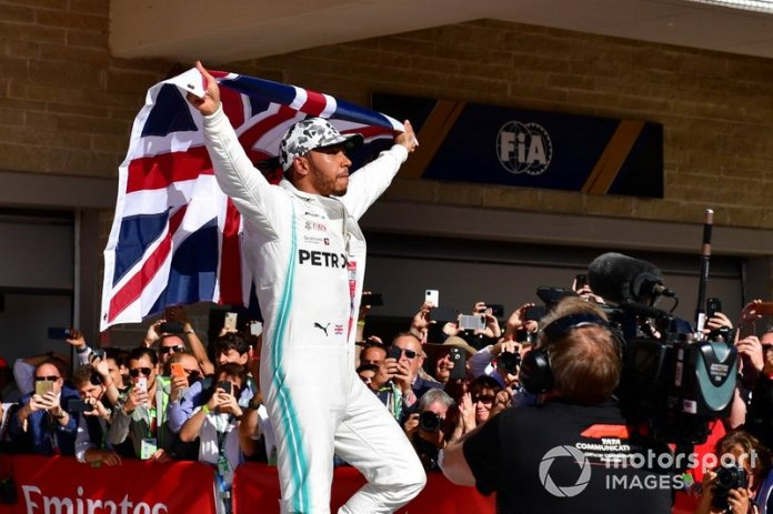 Lewis Hamilton, Mercedes AMG F1, celebra con bandera de la Unión en el Parc Ferme tras conseguir su sexto título mundial de pilotos