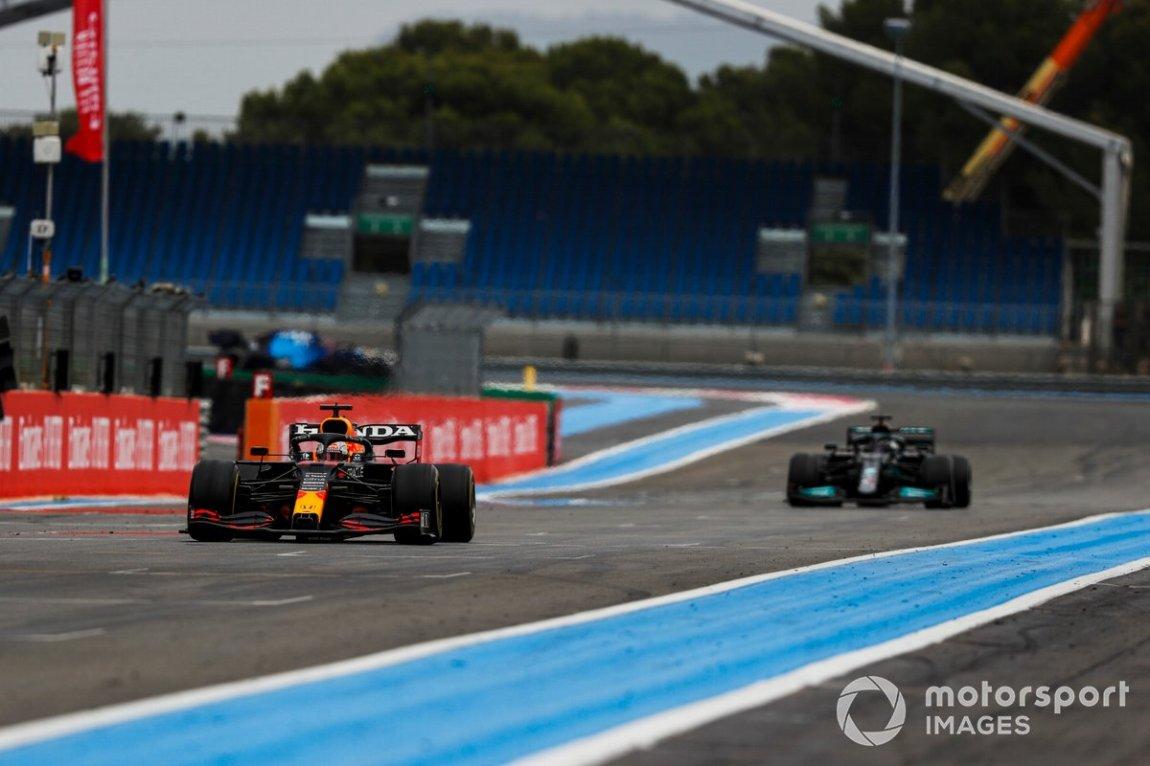 Max Verstappen, Red Bull Racing RB16B, precedes Sir Lewis Hamilton, Mercedes W12