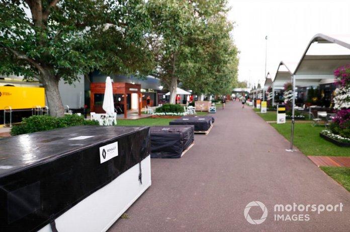 Las cajas de embalaje de Renault en el paddock