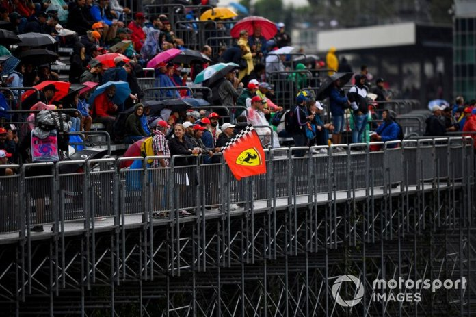 Los aficionados de Monza bajo la lluvia